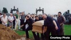 Похороны Довлатова на кладбище в Квинсе, Нью-Йорк. 1990. Гроб несут (слева направо) А. Генис, Р. Каплан, А. Батчан, П. Вайль. Из архива А. Гениса