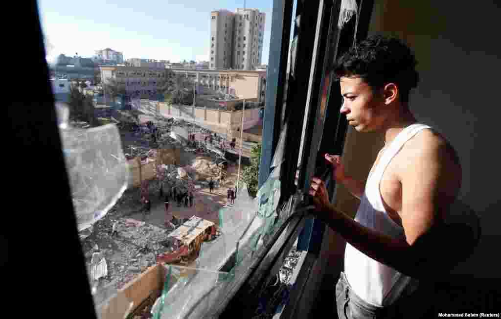 Від з вакна палестынскай кватэры пасьля ізраільскага бамбаваньня ў сэктары Газа.