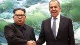 Demirgazyk Koreýanyň lideri Kim Jong Un we Orsýetiň daşary işler ministri Sergeý Lawrow. 31-nji maý, 2018 ý. Phenýan