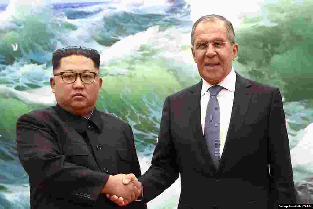 По данным информационных агентств, Сергей Лавров пригласил Ким Чен Ына посетить Россию.