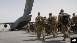 آرشیف، شماری از نیروهای امریکایی افغانستان را ترک میکنند.