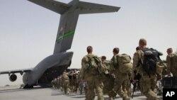 آرشیف، شماری از نیروهای امریکایی در حال خروج از افغانستان.