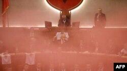 Албанија-чадна бомба во Собранието додека се гласаше за нов, привремен, јавен обвинител, 18.12.2017