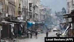 Snage lojalne sirijskoj vladi hodaju među zgradama u Maretu al-Numanu, uništenim u sirijskim režimskim i ruskim vazdušnim napadima, 30. januar 2020.