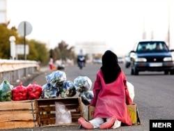 Иранская девочка продает овощи и фрукты у дороги.