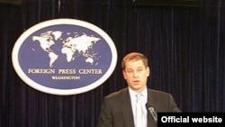 سخنگوی وزارت امور خارجه آمريکا روز شنبه پس از برگزاری مذاکرات ژنو به ایران هشدار داد که بايد يکی از گزينه های همکاری يا رويارويی را انتخاب کند.