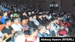 На открытии кинофестиваля «Бастау» концертный зал «Алатау» был заполнен почти полностью. Казахстан, Алматы, 22 октября 2014 года.