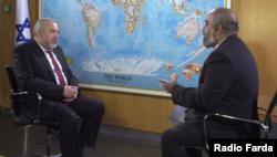 آویگدور لیبرمن، وزیر دفاع اسرائیل در حال گفتوگو با مهرداد میردامادی، خبرنگار اعزامی رادیو فردا