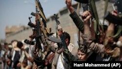 پیش از این چندین بار سلاحهایی به مقصد حوثیها کشف شده و انگشت اتهام به سوی جمهوری اسلامی نشانه رفته است اما ایران چنین اتهامی را رد میکند / تصویری از یکی از قبایل همپیمان حوثیها در مراسمی برای نامنویسی نیروهای بیشتر؛ اکتبر ۲۰۱۶