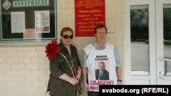 Алена Фаміна і Аляксей Гаўруцікаў ля выбарчай камісіі ў Віцебску.