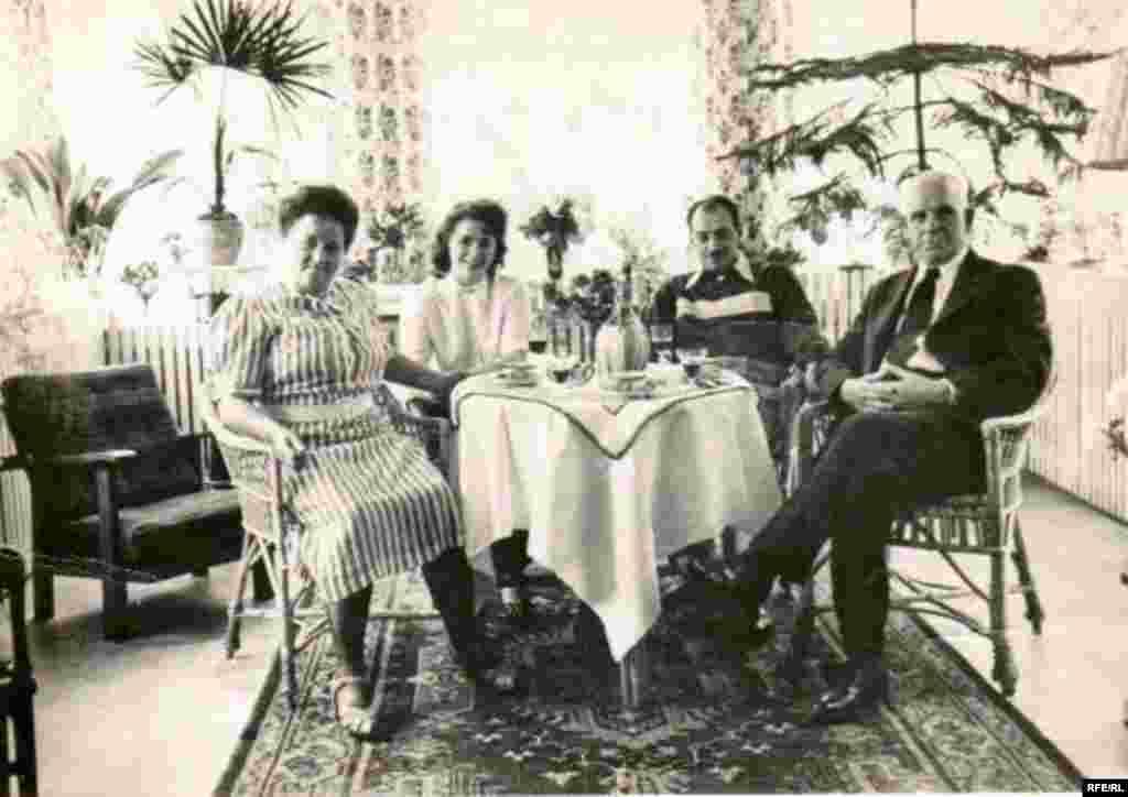 Ветеран войны Найм Крейман в совем доме в окружении родственников.