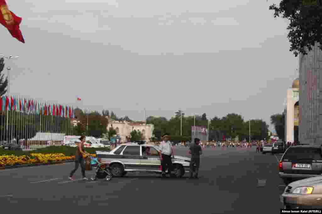 Милиция закрыла площадь для движения автотранспорта. В праздничные дни мэрия собирается закрыть весь квадрат вокруг главной площади страны.