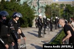 Proteste în Belgrad, Serbia, pe 8 iulie, împotriva restricțiilor impuse după creșterea numărului de cazuri de Covid-19.(Vesna Anđić, RFE/RL)
