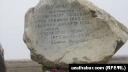 Gurbannazar Ezizowyň atylan ýerinde goýlan daş.