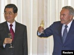 Қазақстан президенті Нұрсұлтан Назарбаев (оң жақта) пен Қытай басшысы Ху Цзиньтао екіжақты келісімге қол қойған соң шарап ішіп тұр. Астана, 13 маусым 2011 ж.