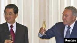 Қазақстан мен Қытай басшылары - Нұрсұлтан Назарбаев (сол жақта) мен Ху Цзиньтао кездесуден кейін. Aстана, 13 маусым 2011 жыл