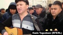 Казахский бард Жанат Есентаев исполняет свои песни в поддержку бастующих нефтяников Мангистауской области. Актау, 23 декабря 2011 года.