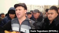 Бард-әнші Жанат Есентаев ереуілдегі мұнайшыларға қолдау білдіретін әндерін орындап тұр. Ақтау, 23 желтоқсан, 2011 жыл.