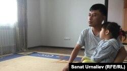 Berikbeb Samat, një mësues nga fshati Chapaev së bashku me vajzën e tij. Vajza tjetër e tij, nuk po lejohet të shkojë në shkollë sepse bartë shami.