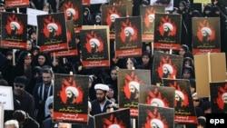 Тегеранда шеруге шыққандар Сауд Арабиясы өлім жазасына кескен шиит діни тұлғасы Нимр әл-Нимрдің суретін ұстап тұр. 4 қаңтар 2016 жыл.