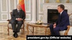 Аляксандар Лукашэнка і Марыс Кучынскіс на сустрэчы ў Менску
