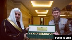 Генсек Всемирной исламской лиги (слева) уже не в первый раз посещает Чечню