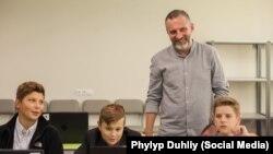 Пилип Духлій із учнями у студіі Brobots. Дніпро, 3 березня 2018 року