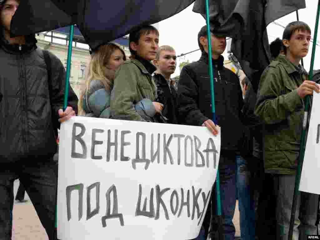 Demonstrators also targeted Ekho Moskvy staff like commentator Yevgenia Albats and chief editor Aleksei Venediktov, with posters suggesting they should leave the country or be thrown in jail.