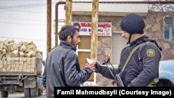 Arxiv fotosu: Nardaran qəsəbəsində polis postlarında sakinlər yoxlanır.