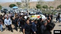 تشییع جنازه یکی از قربانیان سیل اخیر در روستای توچال شهر پاکدشت