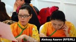 Девушки в национальных нарядах готовятся к выступлению. Алматы, 7 февраля 2013 года.