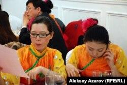 Молодые девушки в китайских костюмах на одном из мероприятий в Алматы. 7 февраля 2013 года.