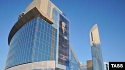 Стела в Екатеринбурге - памятник Борису Ельцину