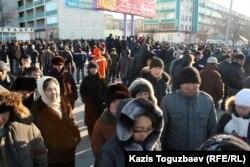 Жители города Актау, вышедшие на центральную площадь города в знак солидарности с бастующими Жанаозена. Актау, 18 декабря 2011 года.