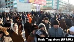 Жители города Актау, вышедшие на центральную площадь города в знак солидарности с бастующими Жанаозена. Актау, 18 декабря 2011.