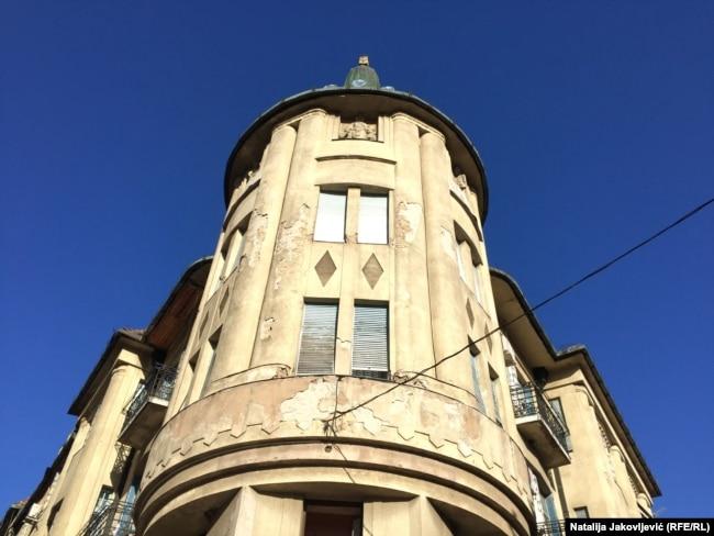 Gradska najamna palata je spoj umetnosti i zanatstva, projektovana je u duhu bečke secesije.