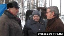 Пісьменьнік Анатоль Бароўскі (зьлева) зь Нінай і Міхаілам Жызьнеўскімі