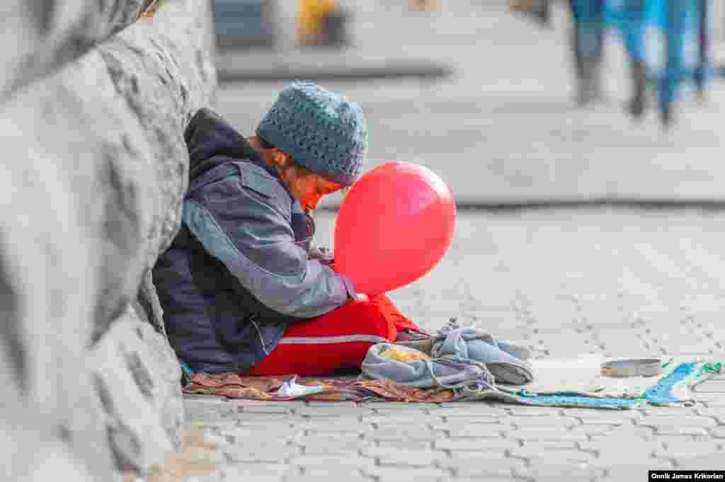 Маленькую Ханим можно часто встретить на проспекте Пекина в Тбилиси. Она просит у прохожих деньги. Ее родственники – азербайджанские курды