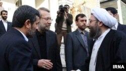 صادق لاریجانی(راست)، علی لاریجانی و محمود احمدینژاد