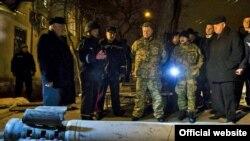 Президент Украины Петр Порошенко в Краматорске, подвергшемся обстрелу. 10 февраля 2015 года.
