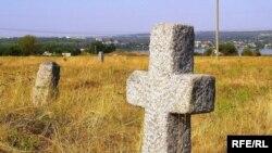Окремі могили на стародавньому цвинтарі в Кодаках