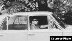 Анатолий Кузнецов за рулем. Лондон. 1970