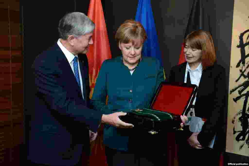 Кыргызстандын президенти бүгүн Германиянын канцлери менен жолугушуп, кыргыз-немис кызматташтыгынын 25 жылдыгына карата орден менен сыйлады.