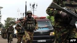 Служащие спецподразделений Кении в районе захваченного торгового центра в Найроби, 21 сентября 2013 года.