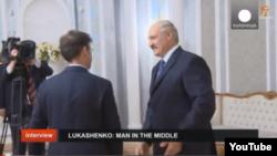 Александр Лукашенко Euronews мухбири саволларига жавоб бермоқда (архив сурати)