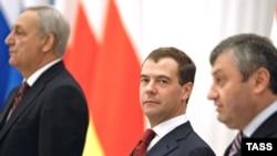 დმიტრი მედვედევი, რუსეთის პრეზიდენტი (ცენტრში), სერგეი ბაღაფში, აფხაზეთის დე ფაქტო რესპუბლიკის პრეზიდენტი (მარცხნივ) და ედუარდ კოკოითი, სამხრეთ ოსეთის დე ფაქტო რესპუბლიკის პრეზიდენტი
