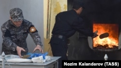 Officers of Tajikistan's Drug Control Agency burn seized drugs in Dushanbe. (file photo)