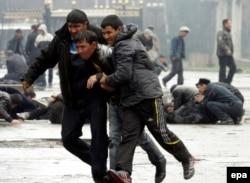 Қырғызстандағы Сәуір төңкерісі кезінде түсірілген сурет. Бішкек, 7 сәуір 2010 жыл.