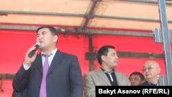Камчибек Ташиев и Садыр Жапаров во время митинга, Бишкек, 3 октября 2012 года.