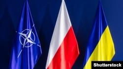 Флаги НАТО, Польши и Украины на саммите НАТО в Варшаве, 9 июля 2016 года